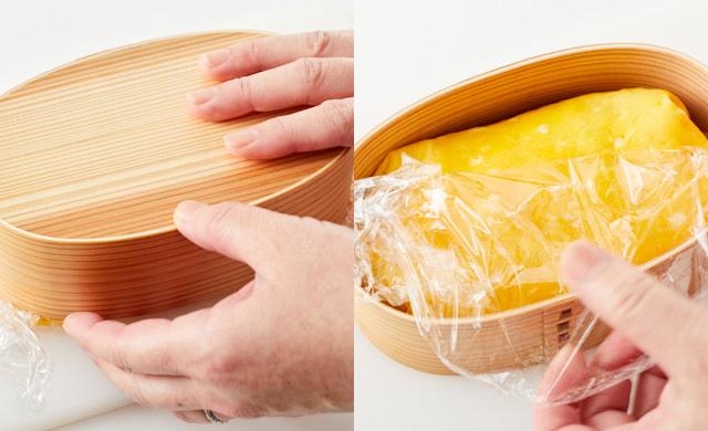 お弁当箱をひっくり返してオムライスを入れている写真/オムライスを包んでいるラップをはずしている写真