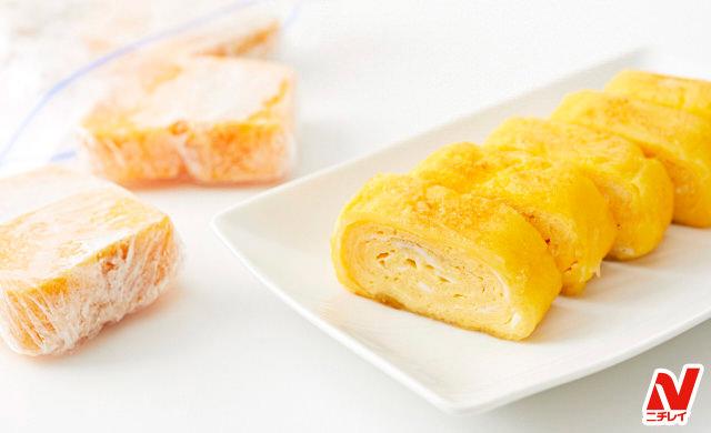 手前に食べやすく切った卵焼きを並べた皿盛り、後ろに食べやすく切ってラップで包んだ冷凍卵焼きが保存袋から出ている写真