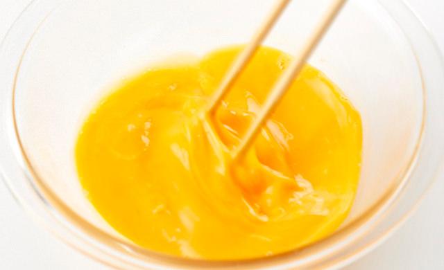 溶きほぐした卵に、【A】の調味料を入れて混ぜている写真