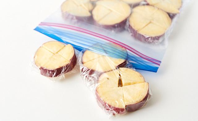 いちょう切りのさつまいもが冷凍用保存袋に入っている写真