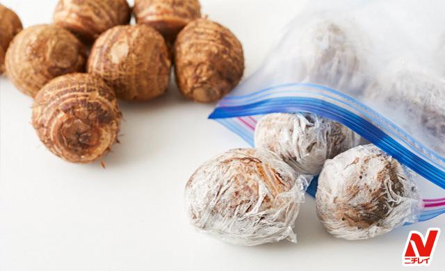 丸ごと冷凍した里芋と生の里芋の写真