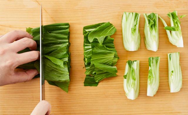 チンゲン菜をざく切りにした写真