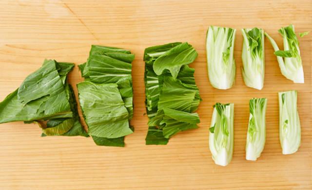 ざく切りにしたチンゲン菜の写真