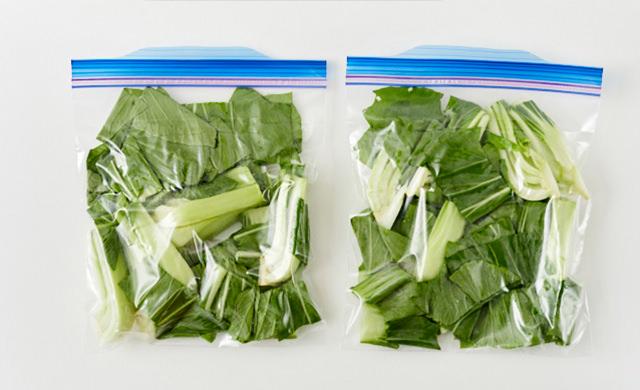 冷凍保存袋に入れたチンゲン菜の写真