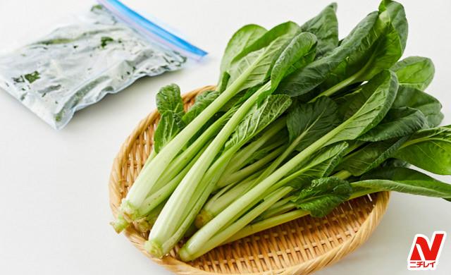 生の小松菜とざく切り冷凍小松菜の写真