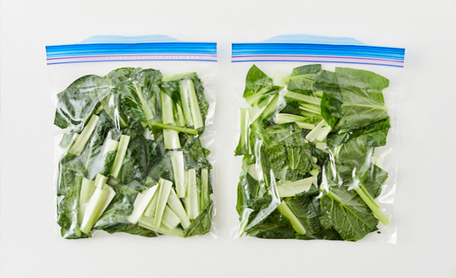小松菜を保存袋に入れた写真