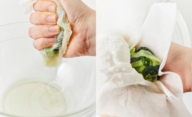 キッチンペーパーで小松菜の水気を絞っているところ