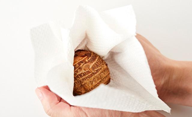 里芋をペーパータオルで包む写真