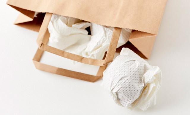 紙袋に里芋を入れる写真