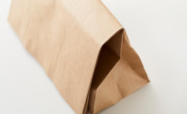 口を折って封をした紙袋の写真