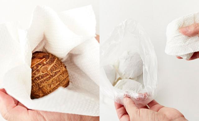 里芋をペーパータオルで包む写真/ペーパータオルで包んだ里芋をビニール袋に入れる写真