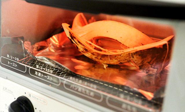 松茸をオーブントースターで焼いている写真