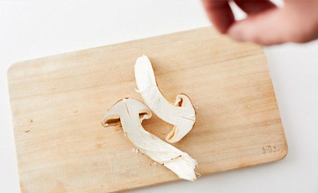 松茸に塩をふる写真