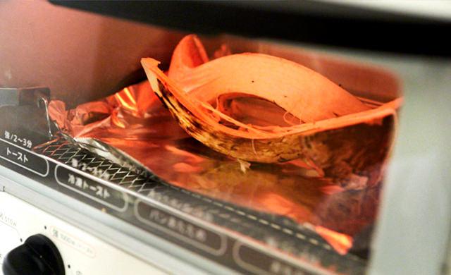 オーブントースターで松茸を焼いている写真