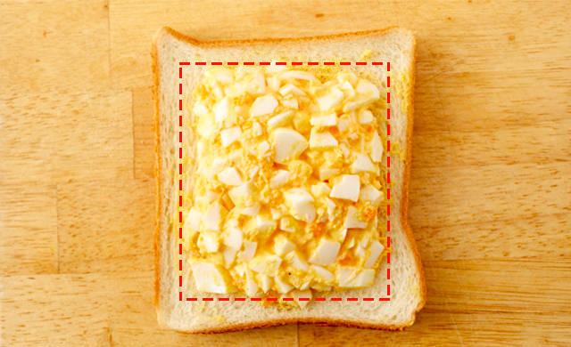 食パンに卵サラダをのせた写真