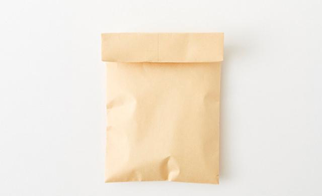 口を折った封筒の写真