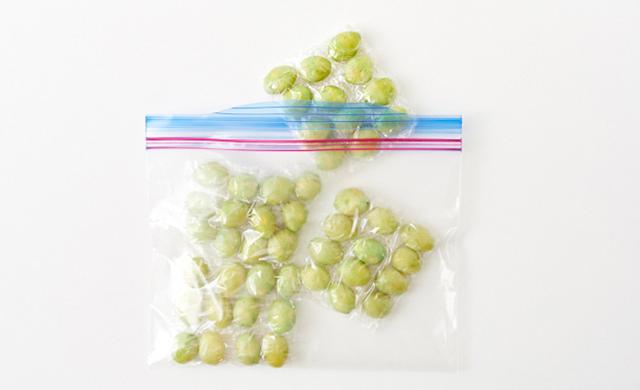 冷凍保存袋に入れた銀杏の実の写真