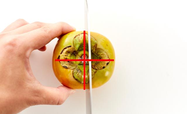 柿に包丁をあてている写真
