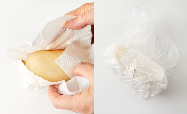 れんこんをペーパータオルで包み、ポリ袋に入れる写真