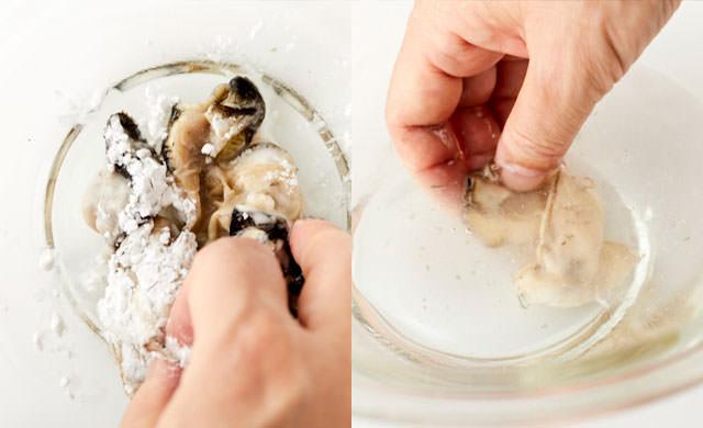 むき牡蠣に片栗粉をふってからめて汚れを取り除く写真