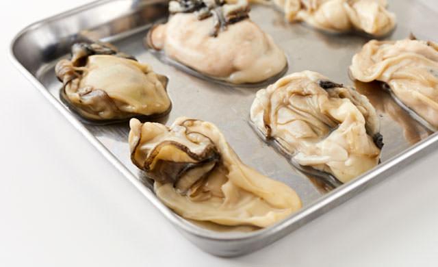 牡蠣を凍らせる写真