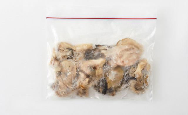 牡蠣を冷凍用保存袋に入れた写真