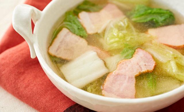 白菜とベーコンのコンソメスープの写真