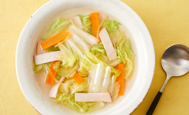 白菜とハムの中華スープの写真