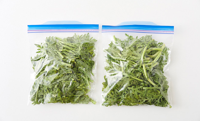 春菊を冷凍用保存袋に入れた写真