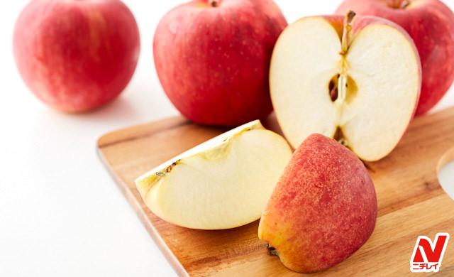 りんごとカットしたりんごの写真
