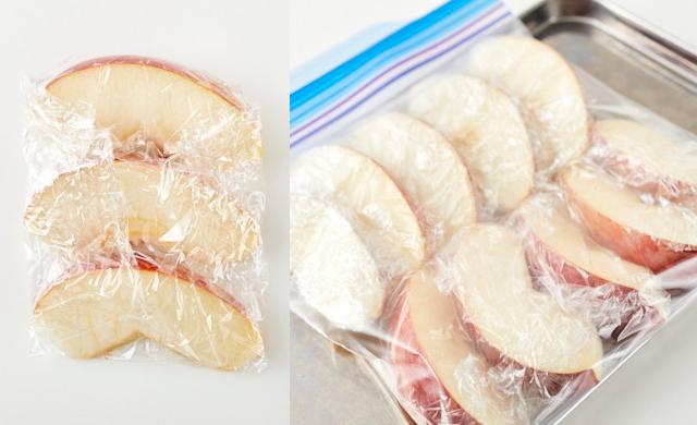 カットしたりんごをラップに包んだ写真(左)ラップに包んだりんごを冷凍保存袋に入れ金属製のバットに乗せた写真(右)