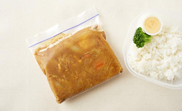 ルウを冷凍用保存袋に入れたカレー弁当の写真