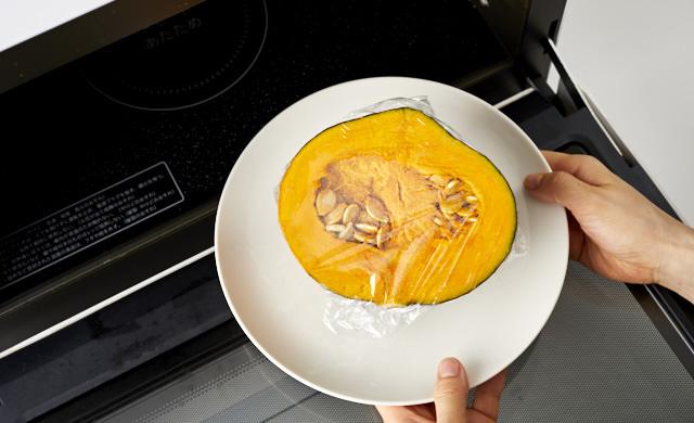 かぼちゃをレンジに入れている写真
