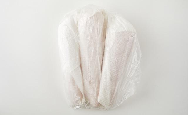 ペーパータオルで包みポリ袋に入ったにんじんの写真