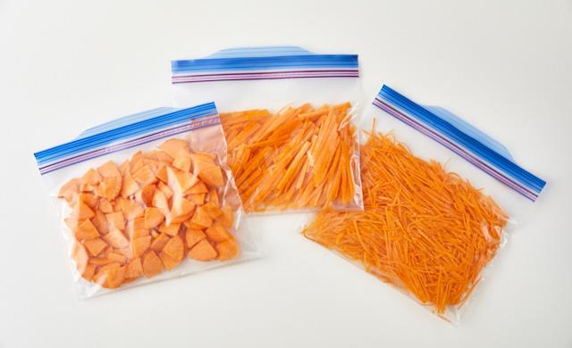 薄く切ったにんじんを冷凍用保存袋に入れている写真