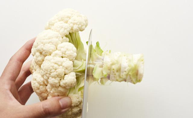 太い茎に包丁をあてている写真