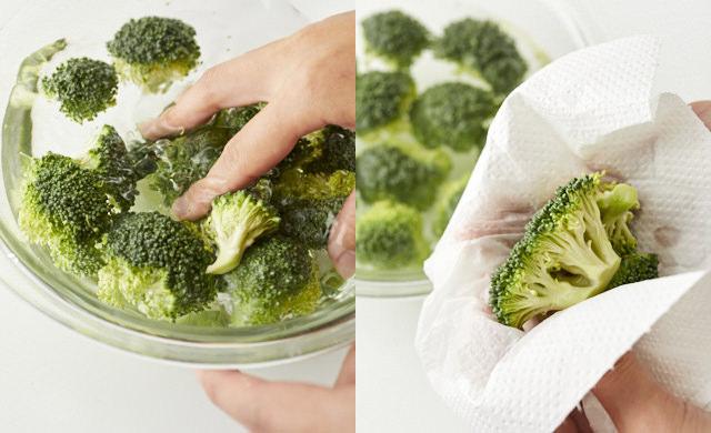 ブロッコリーを洗い、水気を拭き取っている写真