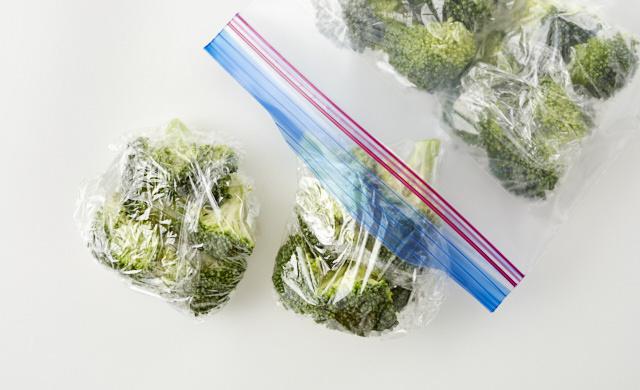 冷凍用保存袋にブロッコリーが入っている写真