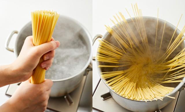 パスタを鍋の上でひねっている写真(左)パスタを鍋の中に広げた写真(右)