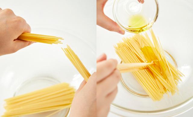 耐熱ボウルに半分に折ったパスタを入れた写真(左)パスタにオリーブ油をまぶしている写真(右)