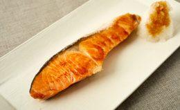 【鮭の焼き方】フライパンでできる!身はふっくら、皮はパリッと仕上がる