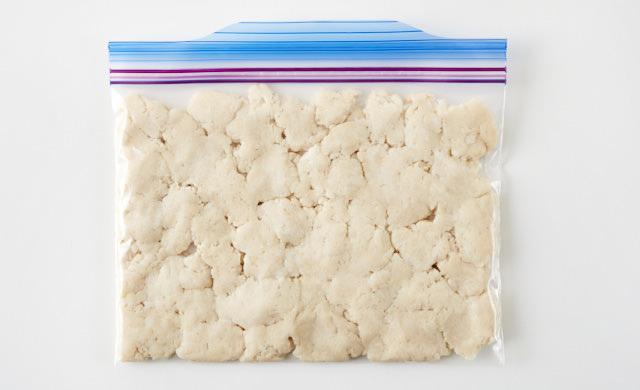 そぼろ状の酒粕を冷凍用保存袋に入れた写真