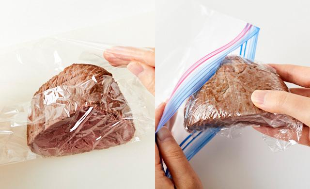 ローストビーフをラップで包む写真(左)ラップで包んだローストビーフを冷凍用保存袋にいれた写真(右)