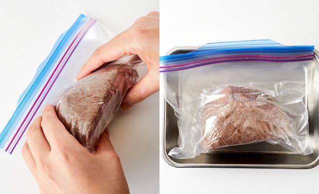 冷凍用保存袋の空気を押し出している写真(左)空気を抜いたローストビーフ入りの冷凍用保存袋を金属製のバットに乗せた写真(右)