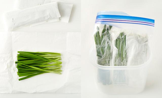 切ったニラをペーパータオルで包んでいる写真(左)保存袋に入れたニラを立てて冷蔵しようとしている写真(右)