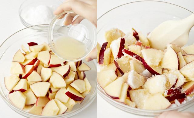 りんごにレモン汁を加えて混ぜている写真