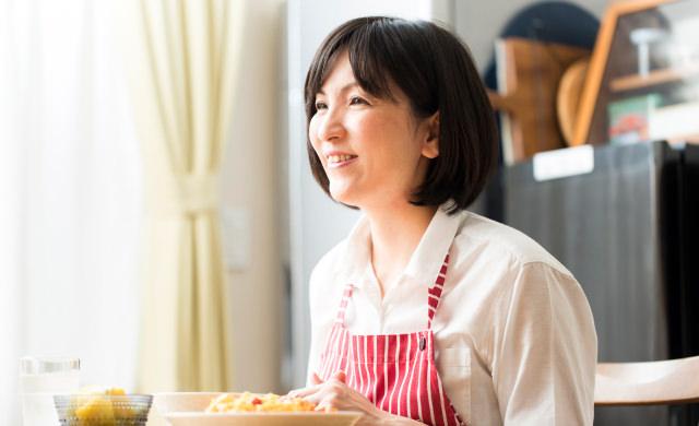 食事をしながら笑う阪下先生の写真
