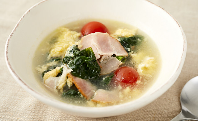 ちぢみほうれん草とミニトマトのスープの写真