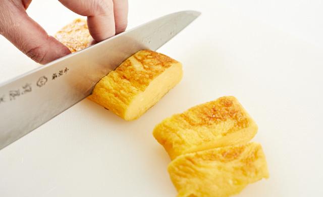 卵焼きを切っている写真