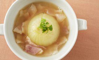 丸ごと玉ねぎのコンソメスープの写真